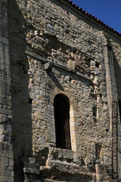 Restes d'un belvédère sur la face sud de l'église Santa María del Naranco. Photo © Alex Medwedeff