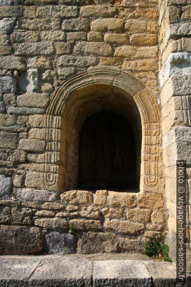 Une ouverture au bordures ciselées de l'église Santa María del Naranco. Photo © André M. Winter