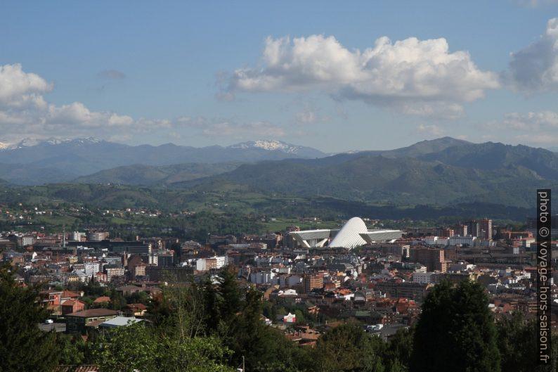 Vue sur Oviedo de l'église Santa María del Naranco. Photo © Alex Medwedeff