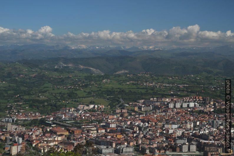 Vue par dessus le centre d'Oviedo. Photo © Alex Medwedeff