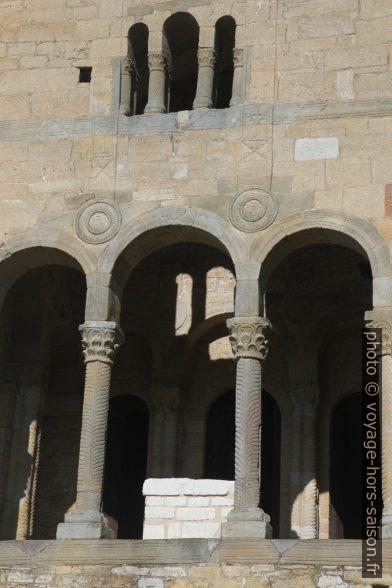 Autel et colonnettes de la terrasse est de la Iglesia de Santa María del Naranco. Photo © Alex Medwedeff