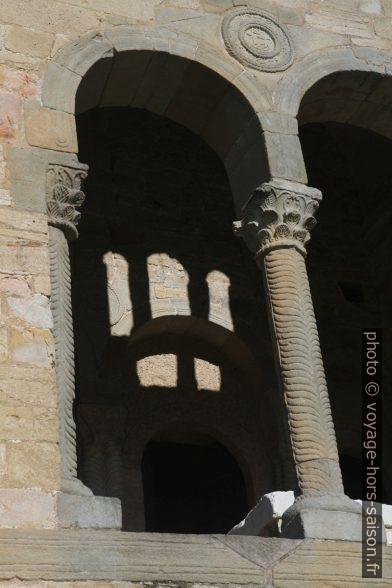 Colonnettes de la terrasse est de l'église Santa María del Naranco. Photo © Alex Medwedeff