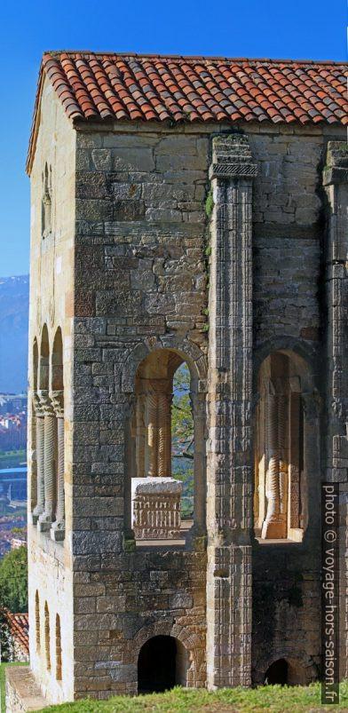 Ouvertures de la terrasse est et l'autel de l'église Santa María del Naranco. Photo © André M. Winter
