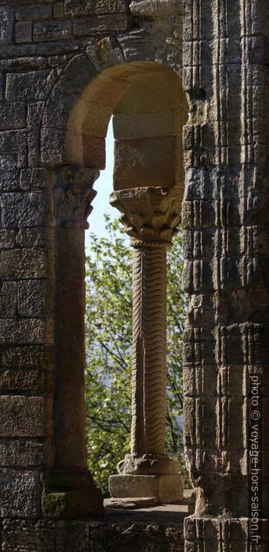 Une colonnette torsadée de la terrasse est de l'église Santa María del Naranco. Photo © André M. Winter