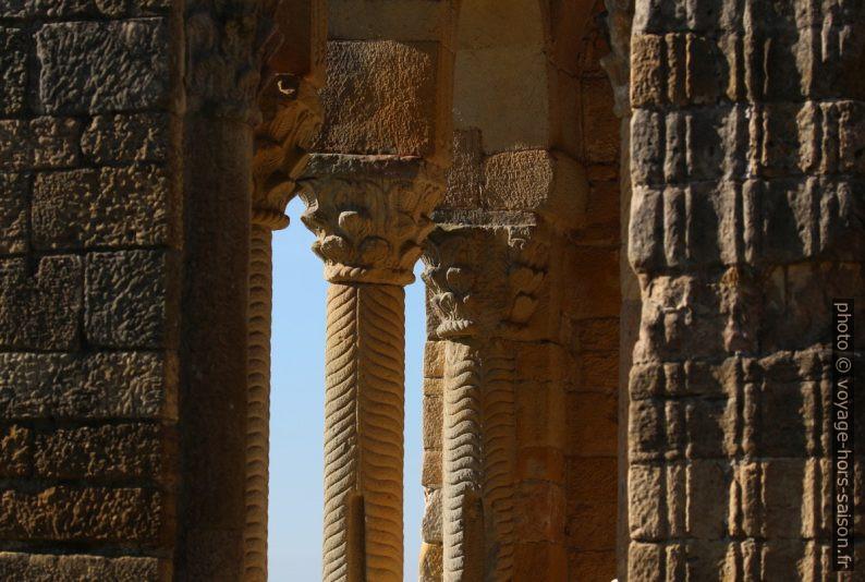 Chapiteaux corinthiens et colonnettes torsadées de la loggia est de l'église Sta. María del Naranco. Photo © André M. Winter