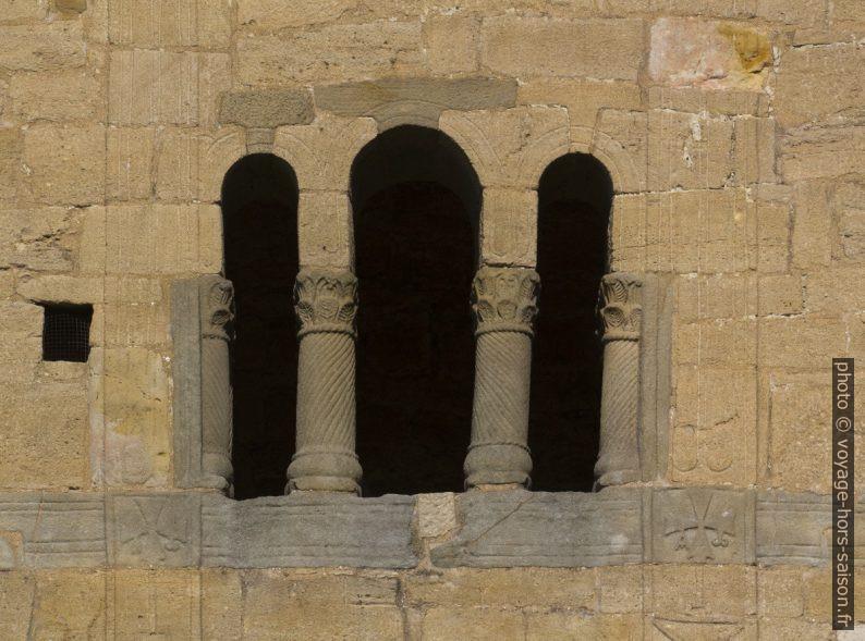 Triple ouverture séparée par des colonnes torsadées au dessus de la loggia. Photo © André M. Winter