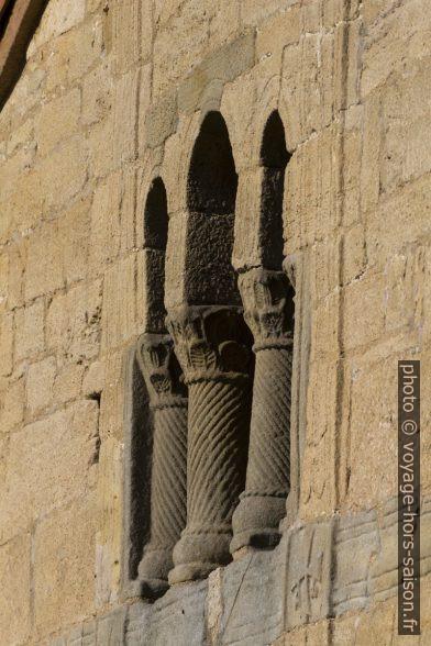 Triple ouverture et colonnes torsadées au dessus de la loggia. Photo © André M. Winter