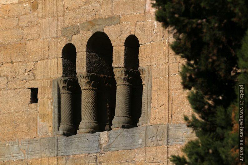 Colonnes torsadées de la triple ouverture au dessus de la loggia. Photo © André M. Winter