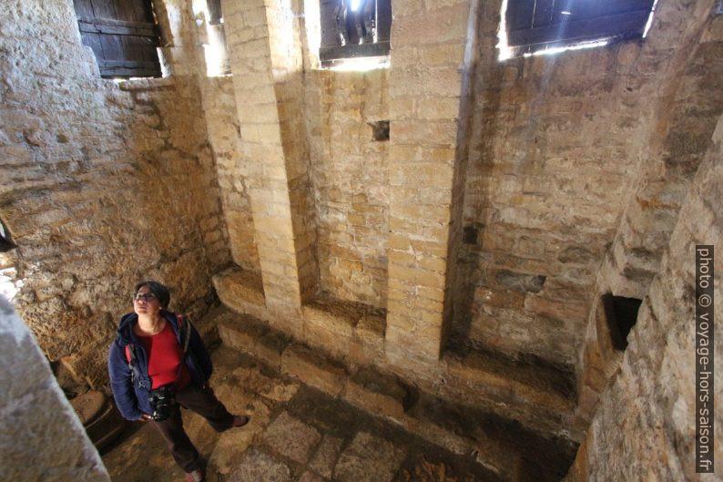 «Bains» sous la loggia est de l'église Santa María del Naranco. Photo © André M. Winter