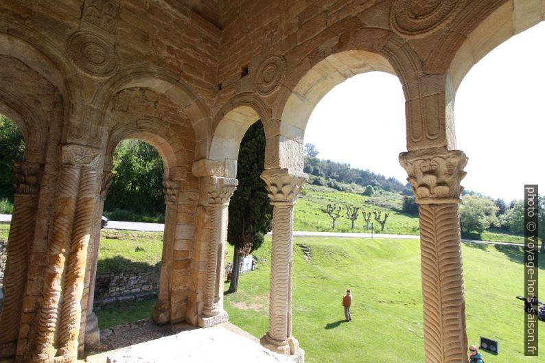 Arc et colonnes de la terrasse est de l'église Santa María del Naranco. Photo © André M. Winter
