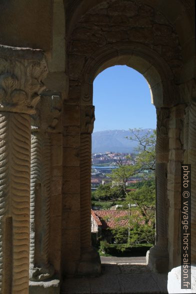 Vue de la loggia de l'église Santa María del Naranco vers le sud. Photo © Alex Medwedeff
