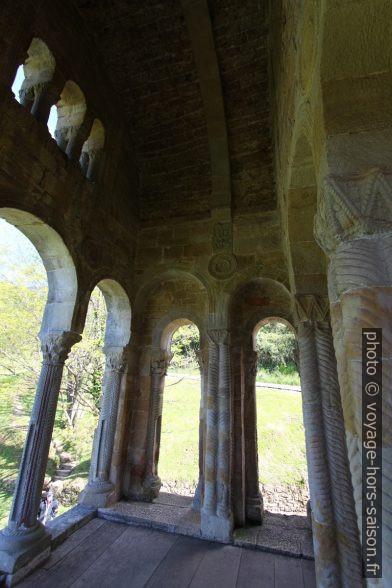Sous la loggia ouest de l'église Santa María del Naranco. Photo © André M. Winter