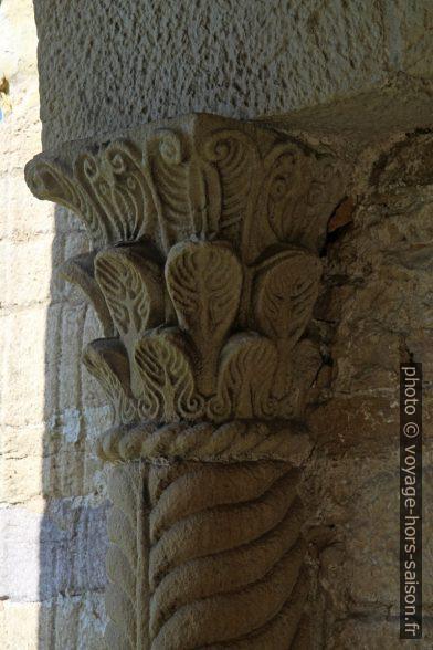 Chapiteau corinthien de l'église Santa María del Naranco. Photo © Alex Medwedeff