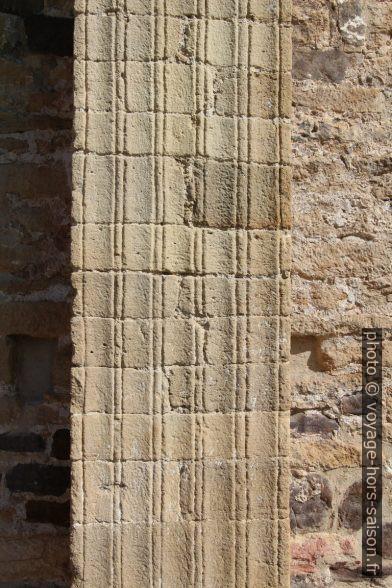 Cannelures des piliers de l'église Saint-Michel-de-Lillo. Photo © André M. Winter