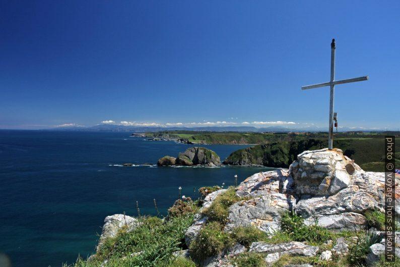 Croix au Cabo de Peñas et vue vers le sud-est. Photo © Alex Medwedeff