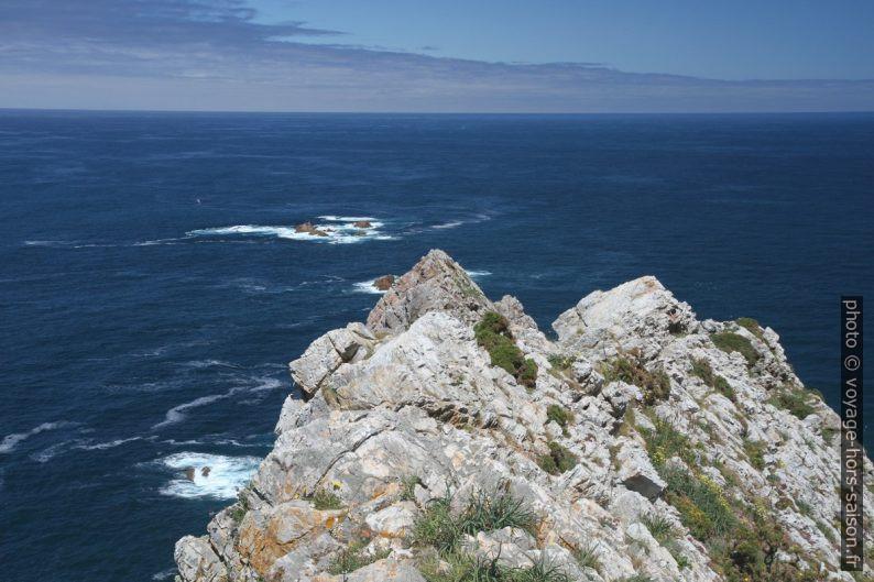 Plus loin devant au Cabo de Peñas. Photo © Alex Medwedeff
