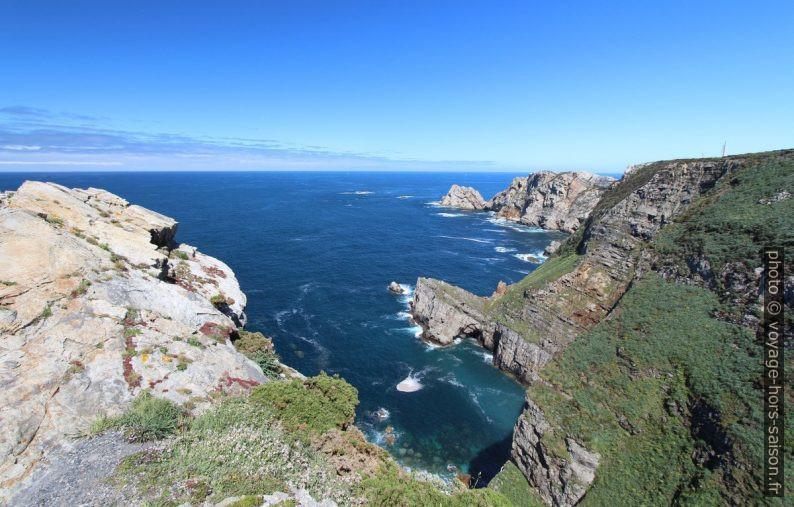 Côte escarpée et raide du Cabo de Peñas. Photo © André M. Winter