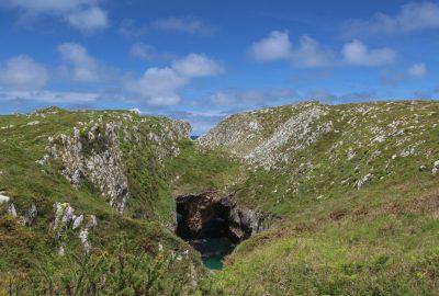 Trou dans le plateau calcaire sous la Punta de Guadamia. Photo © André M. Winter