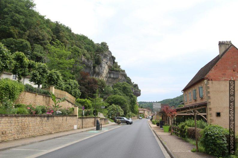 Avenue de la Préhistoire avec la paroi rocheuse des Eyzies. Photo © André M. Winter
