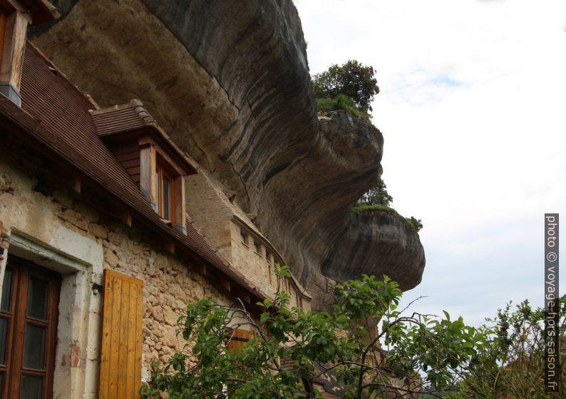 Maisons rénovées et traces d'habitat troglodytique aux Eyzies. Photo © André M. Winter