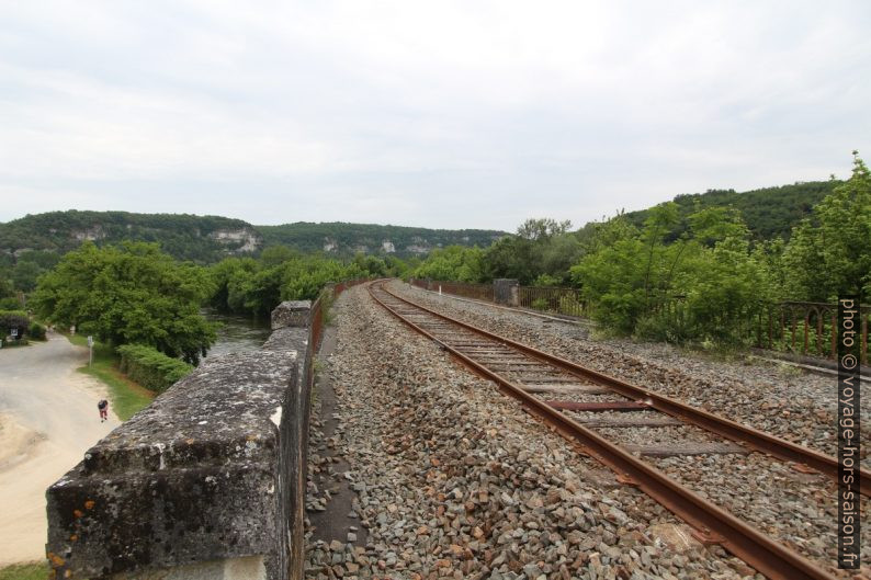 Ballast sur le pont ferroviaire sur la Vézère. Photo © André M. Winter