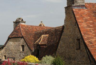 Maison aux toits très bas. Photo © Alex Medwedeff