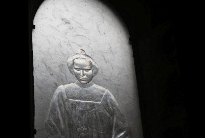 Vitrail en cristal monochrome représentant un enfant debout dans l'église de St.-Gildas. Photo © Alex Medwedeff