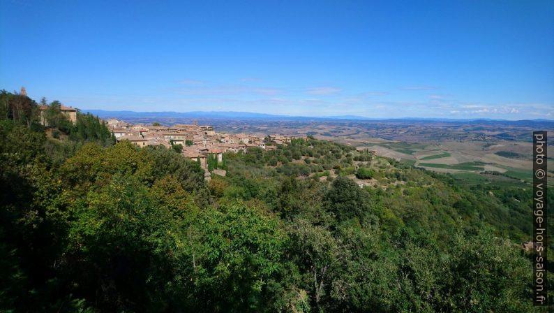 Vue sur Montalcino en arrivant de Sant'Antimo. Photo © André M. Winter