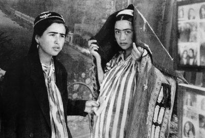 Femmes ouzbèkes chez le photographe de rue. Photo Ella Maillart