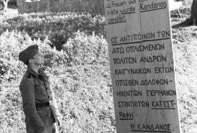 Un soldat allemande devant un panneaux honteux de la Wehrmacht en 1943. Photo CCSA3 Bundesarchiv 101I-779-0003-22 Segers (Seegers)