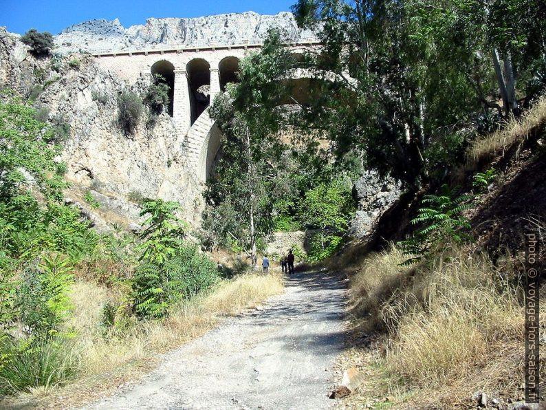 Passage sous le pont en pierre. Photo © André M. Winter