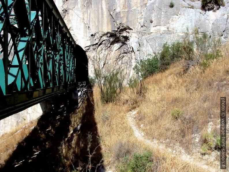 Pont métallique et chemin parallèle. Photo © André M. Winter