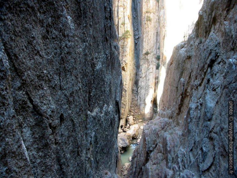 Les strates verticales du Garganta del Chorro. Photo © André M. Winter