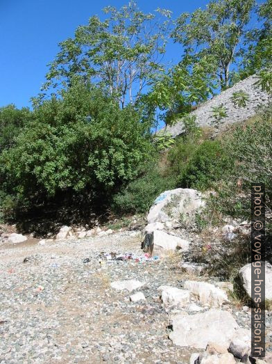 Déchets dans les gorges Garganta del Chorro. Photo © André M. Winter