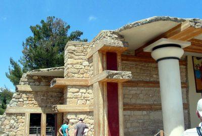 Détail des reconstructions du propylône sud avec ces imitations de bois. Photo © André M. Winter