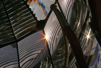 Vue dans la lentille de Fresnel du phare Lodbjerg Fyr. Photo © André M. Winter