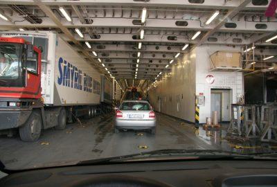 Accès pour voitures dans le ventre du ferry Norröna. Photo © André M. Winter