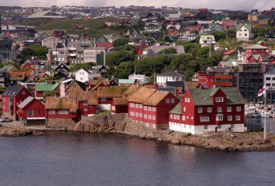Presqu'île de Tinganes avec la maison Skansapakkhhúsið à Tórshavn. Photo © André M. Winter