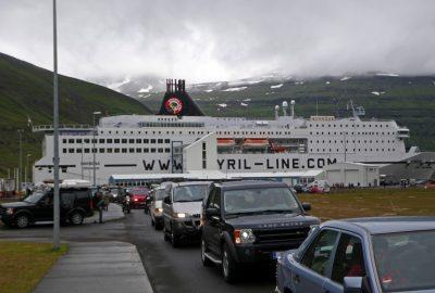 Une colonne de voitures sort du ferry Norröna à Seyðisfjörður. Photo © André M. Winter
