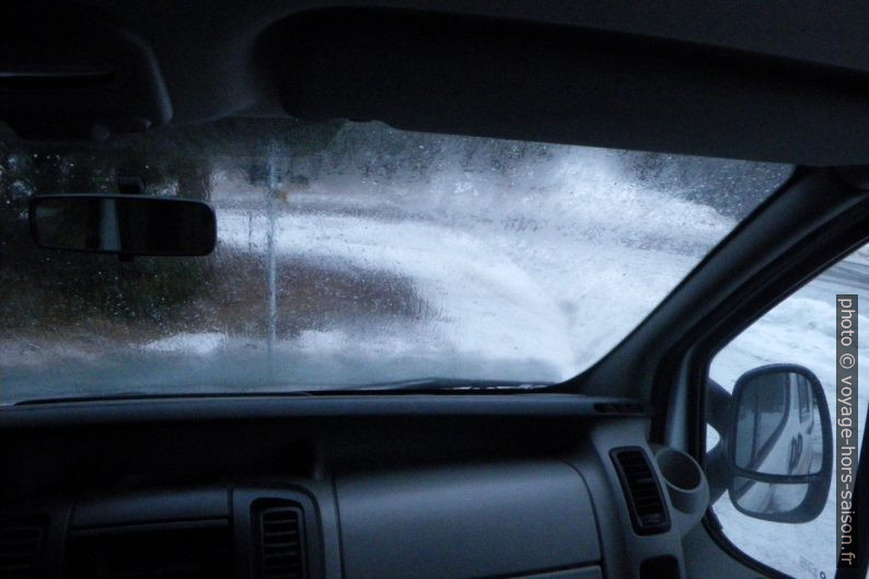 Neige dehors et buée à l'intérieur. Photo © André M. Winter