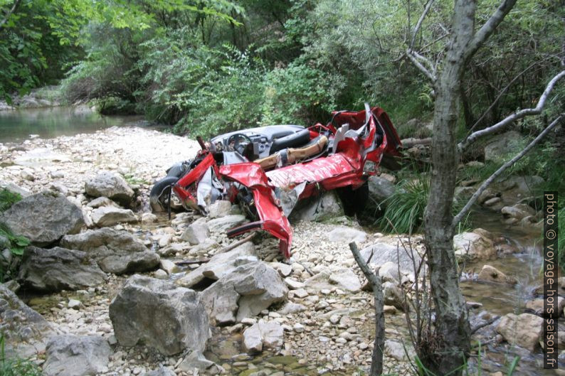 Carcasse de 205 défoncée dans les Gorges du Paillon de Contes. Photo © André M. Winter