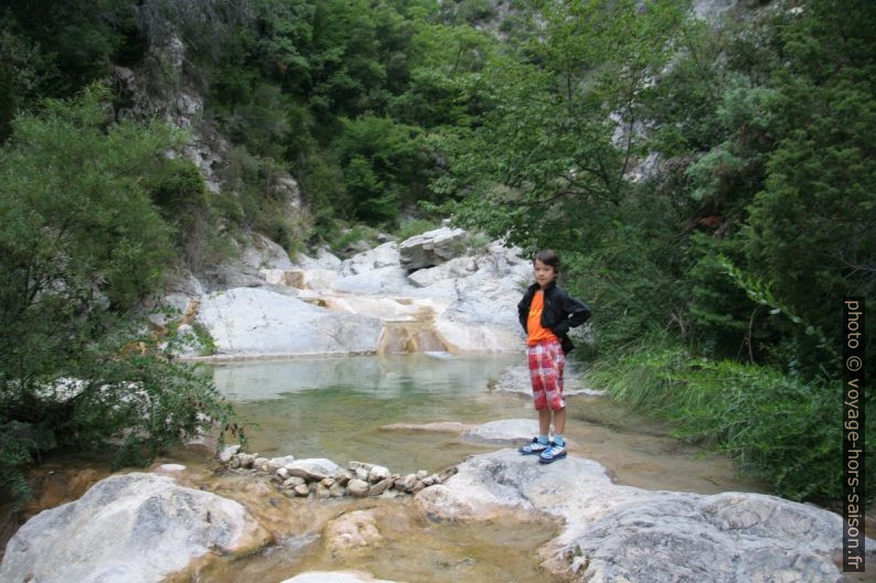 Nicolas devant une bassine dans les Gorges du Paillon de Contes. Photo © André M. Winter