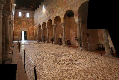 Mosaïque au sol et colonnes spoliés de l'Abbaye de Pomposa. Photo © André M. Winter