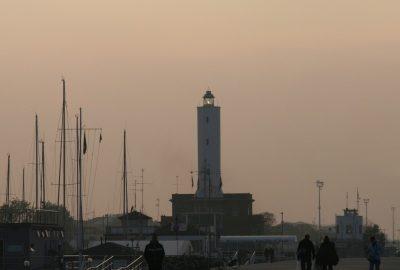Le phare de la Marina di Ravenna dans la lueur du soir en automne. Photo © André M. Winter
