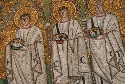 Trois des 26 saints martyrs représentés dans la Basilique San Apollinare Nouvo. Photo © André M. Winter