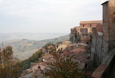 Le versant ouest du village de Montepulciano. Photo © André M. Winter