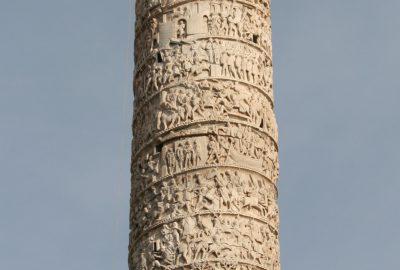 La colonne de Marc-Aurèle à Rome surmontée d'un saint inutile. Photo © André M. Winter