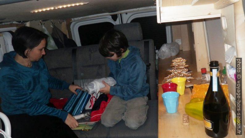 Alex et Nicolas déballent les cadeaux de noël. Photo © André M. Winter