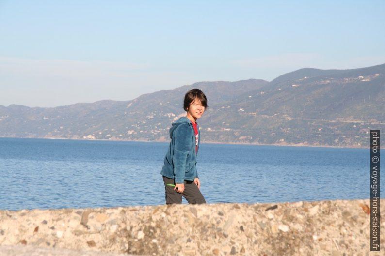 Nicolas sur la digue du port de Palinuro. Photo © Alex Medwedeff