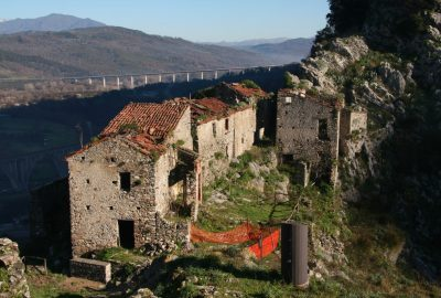 Ruines de l'ancien village San Severino. Photo © André M. Winter
